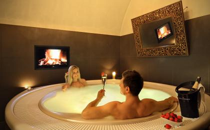 Romantic whirlpool and champagne for 2